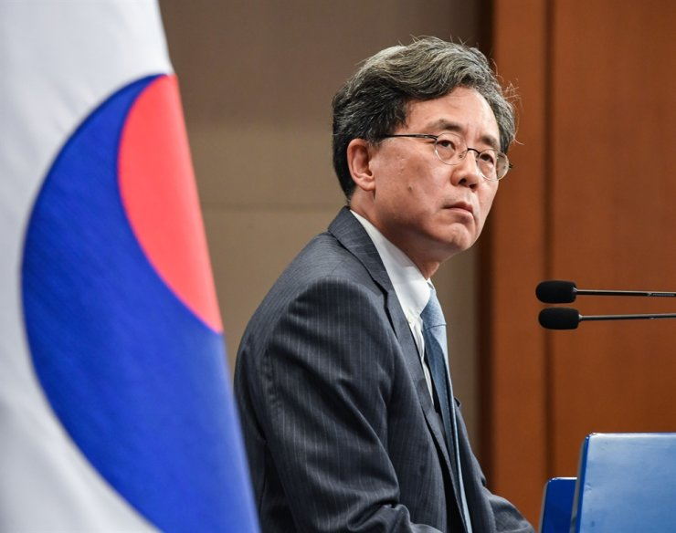 Kim Hyun-chong, second deputy director of the presidential National Security Office (NSO), explains Korea's case for deciding to terminate the General Security of Military Information Agreement (GSOMIA) during a press conference at Cheong Wa Dae on Aug. 23. Yonhap