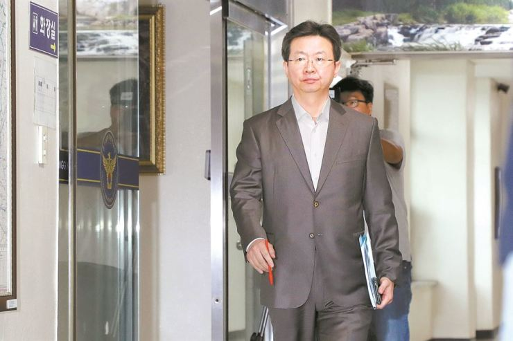 Ban Ki-soo, director general of Gyeonggi Nambu Provincial Police Agency, walks to a meeting room to provide a media briefing on the latest development of the Hwaseong serial killer investigation, in Suwon, Gyeonggi Province, Wednesday. Yonhap