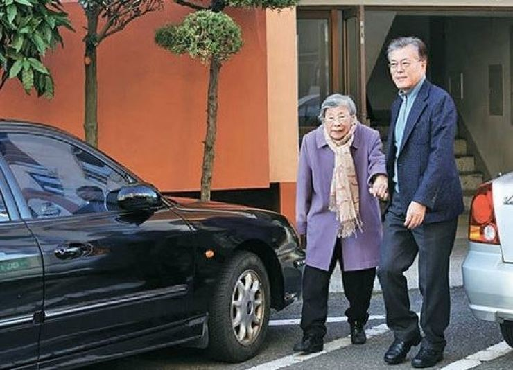 President Moon Jae-in, right and his mother Kang Han-ok. Korea Times file