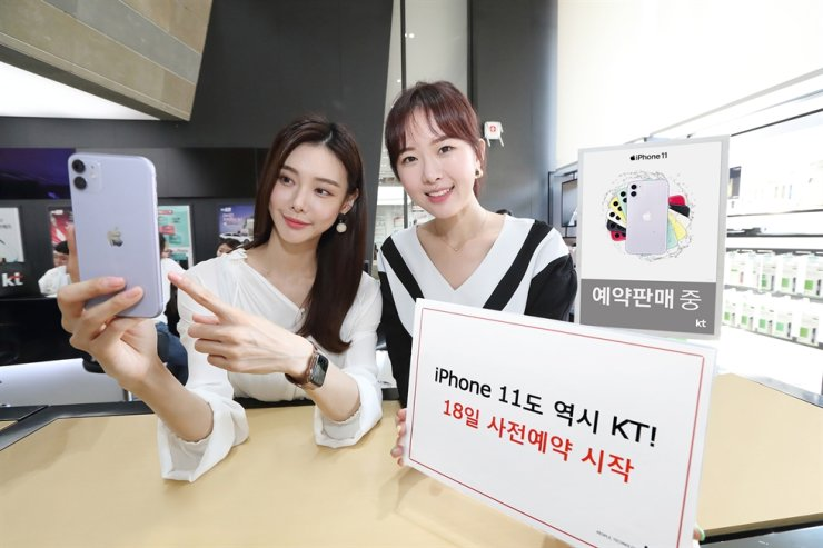 Models promote KT's pre-sales of the iPhone 11 lineup on Oct. 18. / Courtesy of KT
