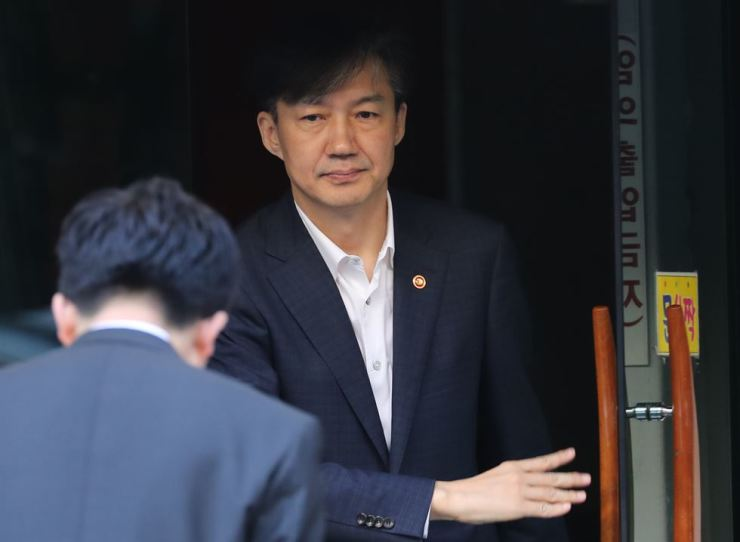 Justice Minister Cho Kuk leaves his residence in Seoul's Seocho district Friday morning. Corruption allegations involving his family members have led politicians and members of the public to question his eligibility for the newly-assigned ministerial post. Yonhap