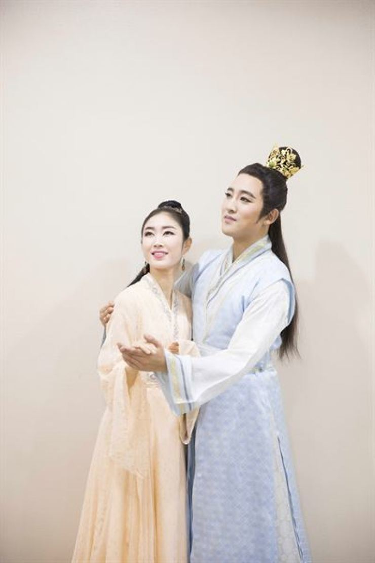Dancers Lee Ha-kyung, left, and Kim Seo-ryang will perform for traditional dance drama 'Cheoyeong' at 8 p.m. on Oct. 10 and 11 at the National Gugak Center in southern Seoul. Courtesy of National Gugak Center