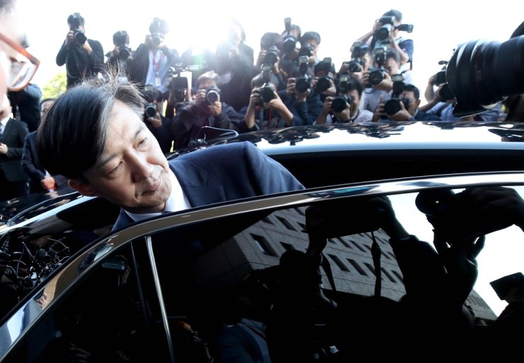 Justice Minister Cho Kuk boards his car to leave the ministry building at Gwacheon Government Complex, Monday, after announcing his resignation amid intensifying investigations into corruption allegations involving his family. / Yonhap