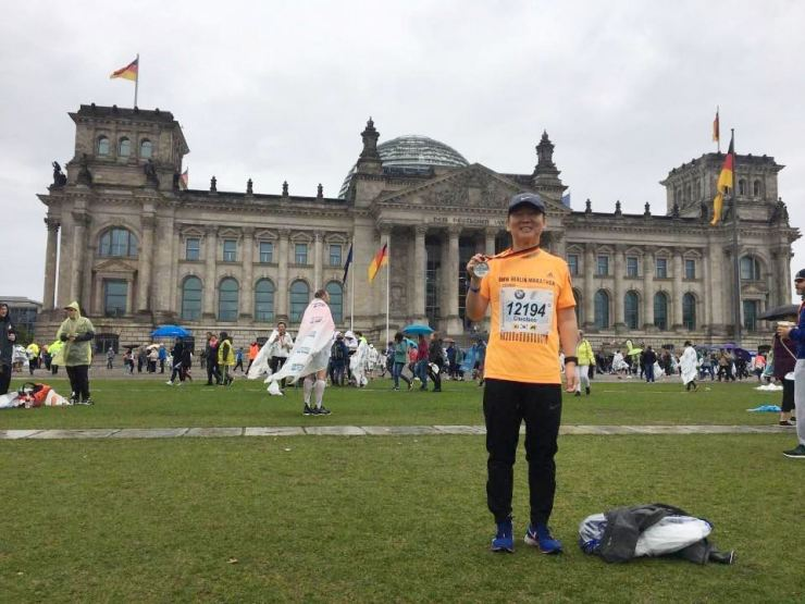 Ahn Cheol-soo, former leader of the minor opposition Bareunmirae Party poses after finishing the Berlin Marathon, Sept. 28. Yonhap
