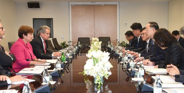 Finance Minister Hong Nam-ki, second from right, speaks to International Monetary Fund (IMF) managing director Kristalina Georgieva, second from left, at the IMF headquarters in Washington, D. C., Thursday (local time). / Courtesy of Ministry of Economy