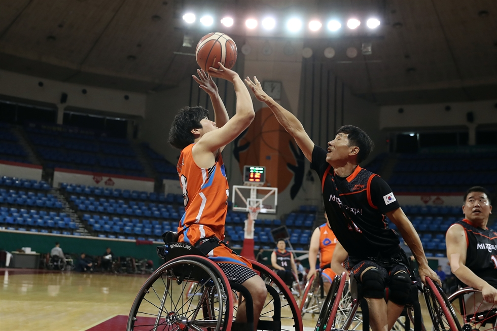 No audience at a sports event ―similar to what happened at Tuesday's high-profile World Cup qualifier match between the two Koreas in Pyongyang ― is common in South Korea. The action here is from the final-eight men's basketball match of the 39th National Para Games between Jeju Special Self-Governing Province, in orange, and Sejong Metropolitan Autonomous City at the Seoul Metropolitan Office of Education student gymnasium in Songpa District, Wednesday. Korea Times photo by Choi Won-suk