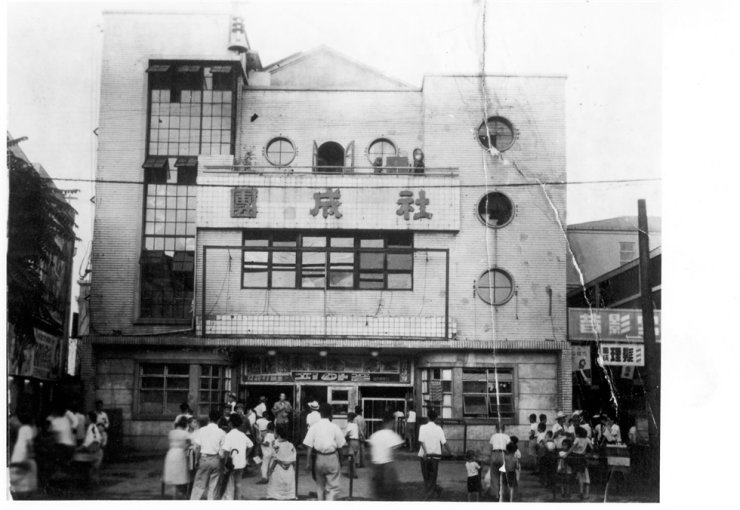 The picture of Dansungsa Theater in Jongro-gu, Seoul, in the 1950s. The theater screened Korea's first kino-drama 'The Righteous Revenge'(1919), directed by Kim Do-san, marking the birth of Korean cinema. Korea Times file