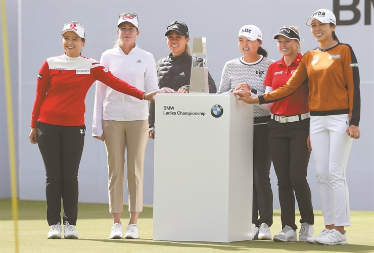 The BMW Ladies Championship 2019 participants pose for a photo during a press conference at the LPGA International Busan in Busan, Tuesday. From left are Choi Hye-jin, Nelly Korda, Danielle Kang, Ko Jin-young, Brooke Hendersen and Hur Mi-jung. /Yonhap