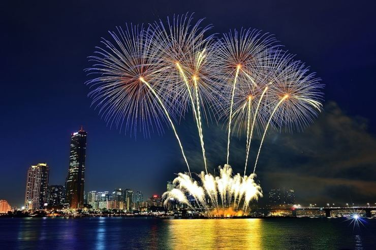 Fireworks light up the sky during the 16th Hanwha Seoul International Fireworks Festival at the Han River near Yeouido Park, Oct. 6, 2018. Courtesy of Hanwha Corp.