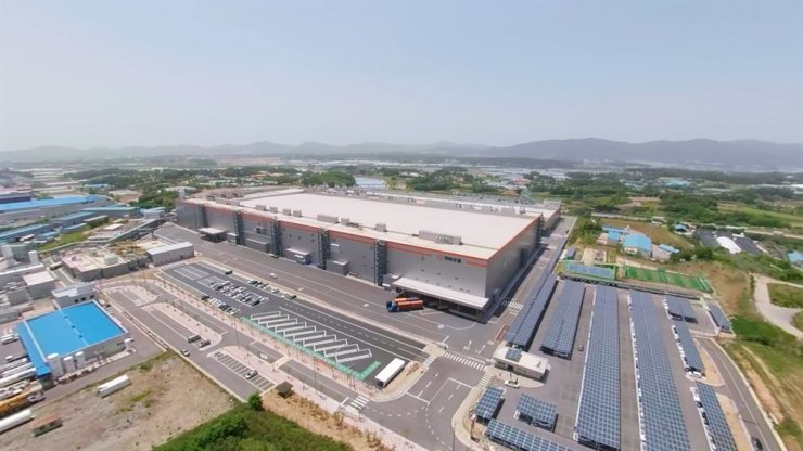 A bird's-eye view of Hanwha Q CELL's cell and module manufacturing lines in Jincheon, North Chungcheong Province / Courtesy of Hanwha Q Cells