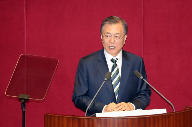 President Moon Jae-in delivers a budget speech at the National Assembly in Yeouido, Seoul, Tuesday. Yonhap