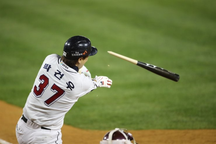 Park Kun-woo from the Doosan Bears drives a game-winning single to center field during the second game of the Korean Series in Seoul, Wednesday. /Yonhap