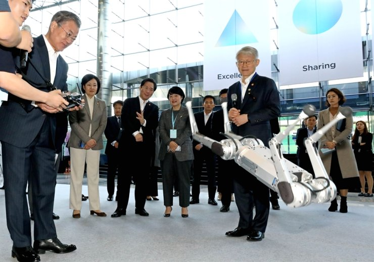 President Moon Jae-in tests a robot at the Developer's View conference at COEX, Monday. Yonhap