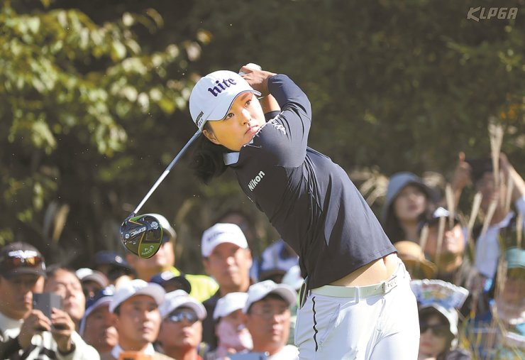 Ko Jin-young tees off on the third hole during the final round of the 20th HITE JINRO Championship at Blue Heron Golf Club in Yeoju, Gyeonggi Province, Sunday. Ko won the KLPGA tour, bagging her 10th KLPGA win this year. Yonhap
