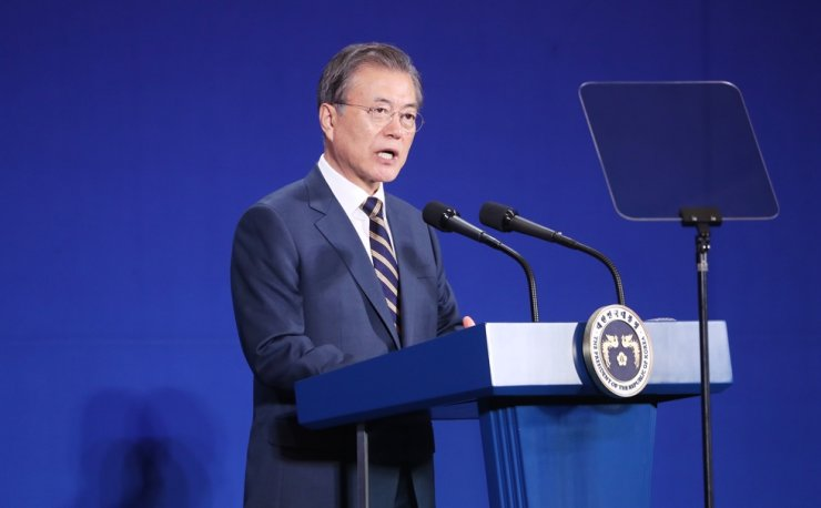 President Moon Jae-in speaks during a ceremony to launch an electric vehicle cluster in Gunsan, North Jeolla Province, Thursday. Yonhap