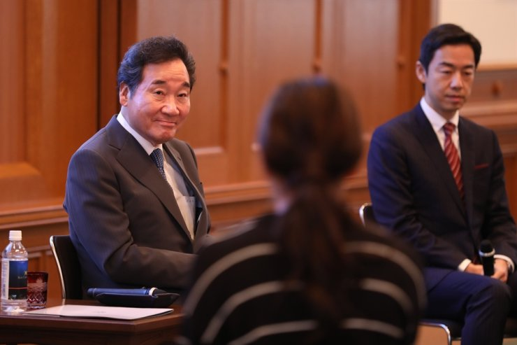 Prime Minister Lee Nak-yon listens as Japanese students of Japan's Keio University speaks during their meeting at the university, Tokyo, Wednesday. Korea Times photo by Choi Won-suk