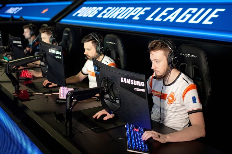 Professional esports players compete in online shooting game 'PlayerUnknown's Battlegrounds' using Samsung Electronics' CRG5 gaming monitors in Berlin, Wednesday. / Courtesy of Samsung Electronics