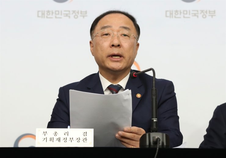 Deputy Prime Minister and Finance Minister Hong Nam-ki addresses at the Seoul Government Complex, Friday, that South Korea has decided to give up its developing country status at the World Trade Organization. Yonhap