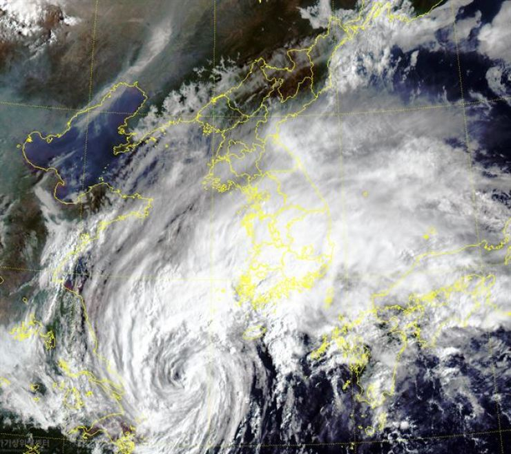 Typhoon Mitag seen from Korea's communication, ocean and meteorological satellite on Wednesday. Korea's southern and central regions are covered by clouds following the typhoon. Courtesy of the Korean Meteorological Administration