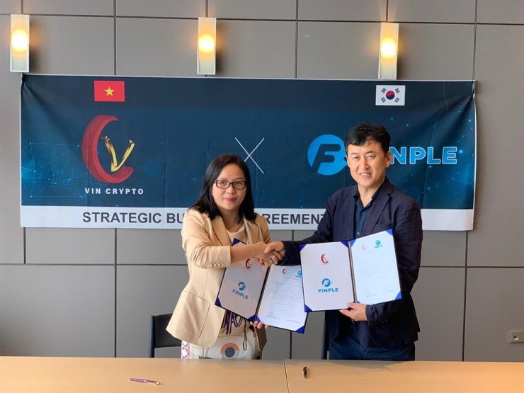 Super Alki Foundation CEO Cho Kang-ho, right, shakes hands with Vin Crypto CEO Lensy Pham, after signing a strategic investment deal at the Vin Crypto headquarters in Hanoi in this Aug. 24 file photo. / Courtesy of Super Alki Foundation