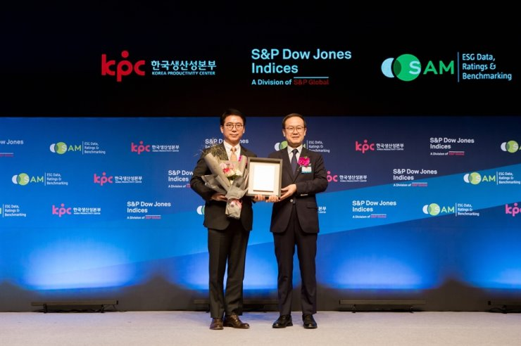 S-Oil President Ryu Yul, left, poses with Korea Productivity Center Chairman Noh Kyoo-sung during the 2019 Dow Jones Sustainability Indices (DJSI) award ceremony at the Shilla Hotel in Seoul, Wednesday. The DJSI is the list of the world's most sustainable companies, and S-Oil was nominated as a DJSI World company for the 10th consecutive year, becoming the only refiner in Asia to accomplish the feat. Courtesy of S-Oil