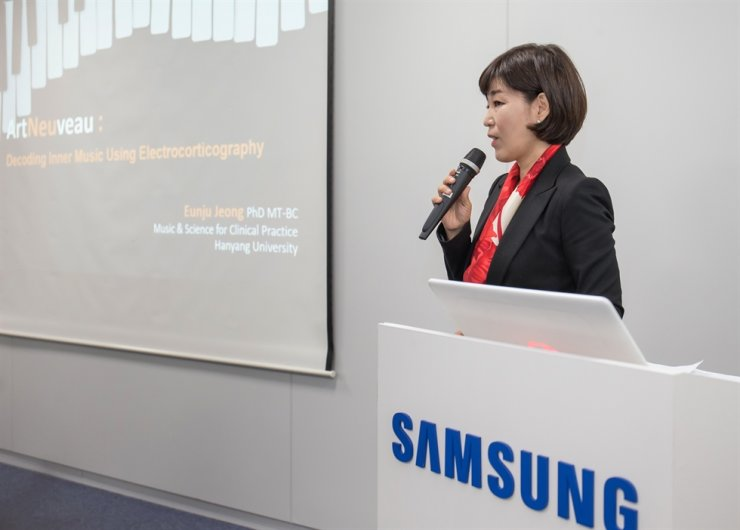 Jeong Eun-ju, a professor of the Hanyang University, speaks about her research project supported by Samsung Electronics during a press conference at the company's office in Seoul, Monday. / Courtesy of Samsung Electronics