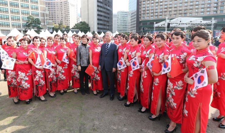 Chinese Ambassador to Korea Qiu Guohong poses with Chinese migrant women wearing the traditional Chinese dress, qipao, during the seventh Seoul China Day at Seoul Plaza, Oct. 20. The annual cultural event was sponsored jointly by the Chinese Embassy in Korea and the Seoul Metropolitan Government. / Yonhap