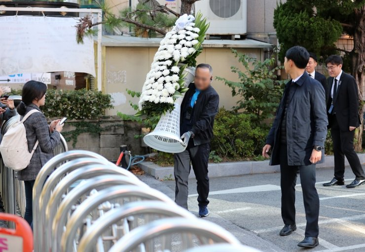 A condolence wreath sent by Cabinet Members are denied at Namchun Catholic Church in Busan, Wednesday, where a funeral service for Kang Han-ok, mother of President Moon Jae-in, is held. President Moon said he wanted the funeral for Kang, who passed away Tuesday, to be quiet and involve only his family members. Yonhap