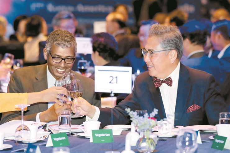 Park Jin, right, chairman of the Korean-American Association, toasts former U.S. Forces Korea Commander Vincent Brooks, who received the Korean-American Friendship Award for his contribution to the promotion of bilateral ties between the two countries, at the Grand Walkerhill Seoul hotel, Wednesday. / Yonhap