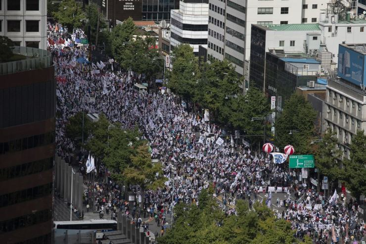 A massive rally, calling for newly appointed Justice Minister Cho Kuk's resignation, is being held in central Seoul, Wednesday. Korea Times photo by Choi Won-suk