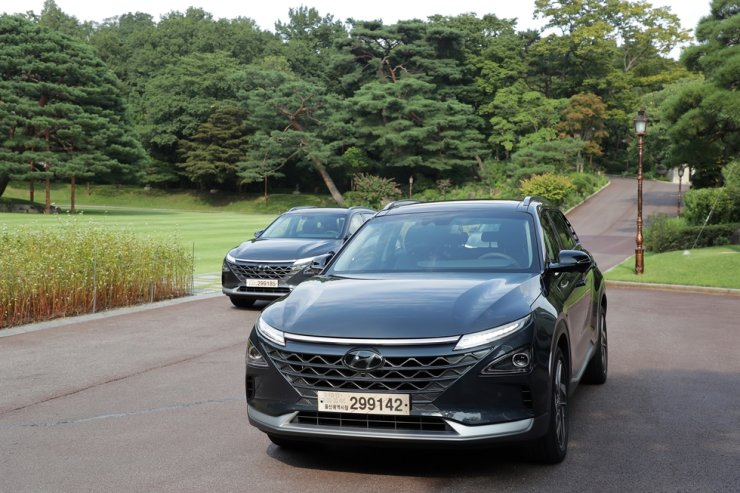 South Korean President Moon Jae-in heads to Cheong Wa Dae in his hydrogen car, Hyundai NEXO, Aug. 27, 2019. Courtesy of Cheong Wa Dae