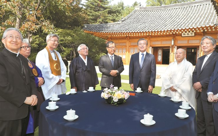 President Moon Jae-in, third from right, has tea with leaders of seven major Korean faiths ahead of a luncheon at Cheong Wa Dae, Monday. From left are Archbishop Hyginus Kim Hee-joong; Song Beom-doo, leader of Cheondogyo originating from the 19th-century Donghak movement rooted in a peasant rebellion against the Joseon Kingdom; Oh Do-chul, executive director of the Won Buddhism administration; Kim Young-geun, head of the Seonggyungwan National Confucian Academy; pastor Kim Sung-bok (protestant); President Moon; Ven. Wonhaeng, secretary general of the Jogye Order of Korean Buddhism, the nation's largest Buddhist sect; and pastor Lee Hong-jeong (protestant). Korea Times photo by Ryu Hyo-jin
