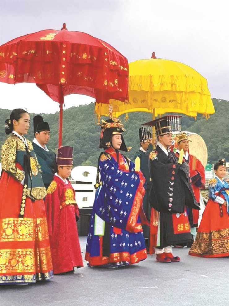The reenactment of coranting Queen Soheon from Shim family, the queen of King Sejong, is being held at Cheongsong, northern Gyeongsang province, Saturday./ Korea Times file