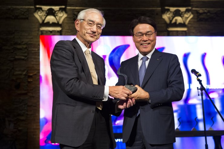 POSCO Chairman Choi Jeong-woo, right, poses with World Steel Association Vice Chairman Kosei Shindo after winning Innovation of the Year award at the association's Steelie Awards in Mexico, Tuesday (Korea Standard Time). POSCO won the award with its advanced resolution steel plate printing technology. This is the fourth time POSCO has won the association's innovation award. Courtesy of World Steel Association