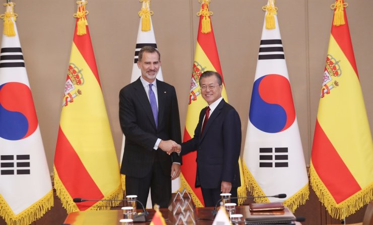 President Moon Jae-in, shakes hands with Spain's King Felipe VI at the start of their summit at Cheong Wa Dae, Wednesday. Yonhap