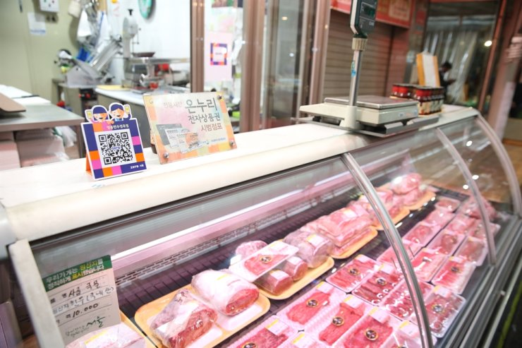 A butcher shop in a traditional street market in Gwanak District in Seoul. Courtesy of the Ministry of SMEs and Startups