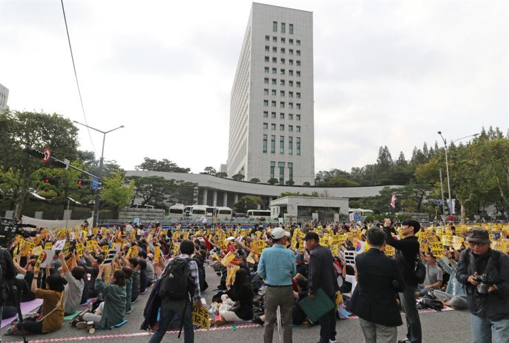 People hold a massive rally in front of the Supreme Prosecutors' Office in southern Seoul, Saturday, to show support for Justice Minister Cho Kuk and the Moon Jae-in administration's push for prosecutorial reform. Organizers claim around 3 million people took part in the rally. Yonhap