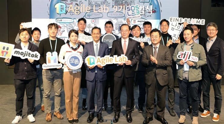 KEB Hana Bank CEO Ji Sung-kyoo, front row fourth from left, poses with officials from Korea Growth Investment Corp. (K-Growth), and heads of startups at the bank headquarters in Seoul, Nov. 20, after participating in an opening ceremony for the ninth 1Q Agile Lab, a bank-organized global innovative business model development program launched in June 2015. Courtesy of KEB Hana Bank