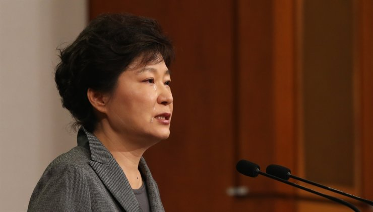 Former President Park Geun-hye delivers a speech at Cheong Wa Dae, apologizing for the government's mishandling of the Sewol ferry disaster on May 19, 2014, a month after the tragic accident. Korea Times file
