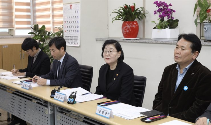 Gender Minister Lee Jung-ok, second from right, attends a policy meeting on abused immigrant women at Yangju, where a Vietnamese wife was recently killed by her Korean husband, Wednesday. / Yonhap