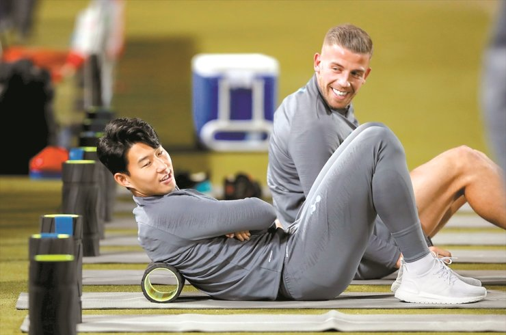 Tottenham Hotspur's Son Heung-min and Toby Alderweireld during a training session in Belgrade, Serbia, Tuesday, a day before the UEFA Champions League group B match against Crvena Zvezda Belgrade. /Reuters-Yonhap