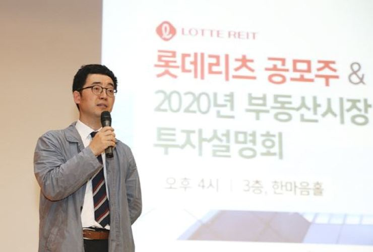 Hana Financial Investment analyst Chae Sang-wook speaks during an investment briefing for the Lotte Real Estate Investment Trust, at the brokerage's head office on Yeouido, Seoul, Oct. 2. / Courtesy of Hana Financial Investment