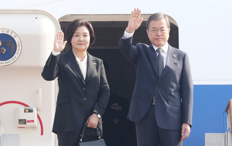 South Korean President Moon Jae-in, right, and first lady Kim Jung-sook are about to board at Seoul Air Base in Seongnam, Gyeonggi Province, Sunday, as they head for Thailand for ASEAN meetings. Yonhap