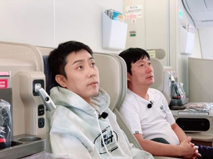 Singer Eun Ji-won, left, and comedian Lee Soo-geun. Courtesy of tvN