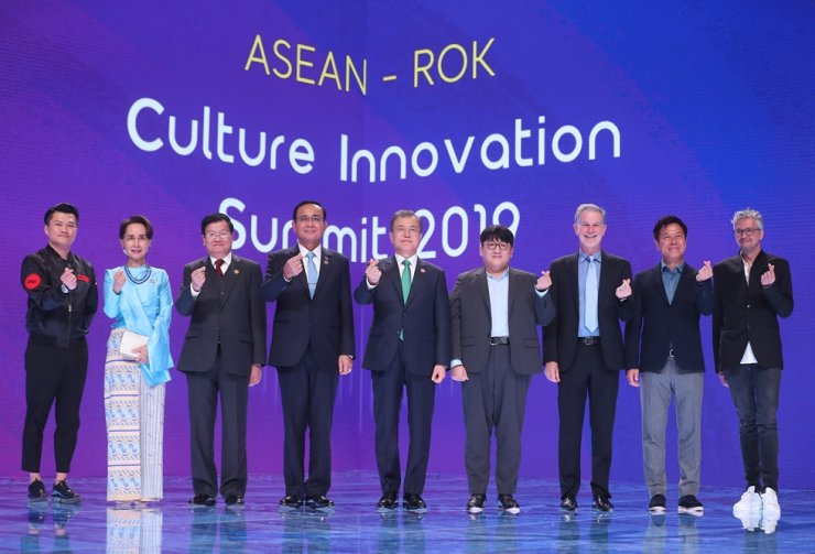 Dignitaries take part in the Culture Innovation Summit, held on the sidelines of the Korea-ASEAN Commemorative Summit at BEXCO, Busan, Monday. From left are iME (Idea Music Entertainment Group) founder and CEO Brian Chow, Myanmar State Counsellor Aung San Suu Kyi, Laos Prime Minister Thongloun Sisoulith, Thailand Prime Minister Prayut Chan-o-cha, President Moon Jae-in; Big Hit Entertainment founder and CEO Bang Si-hyuk, Netflix CEO Reed Hastings, SK Telecom President Park Jung-ho and French filmmaker Pierre Coffin. Yonhap