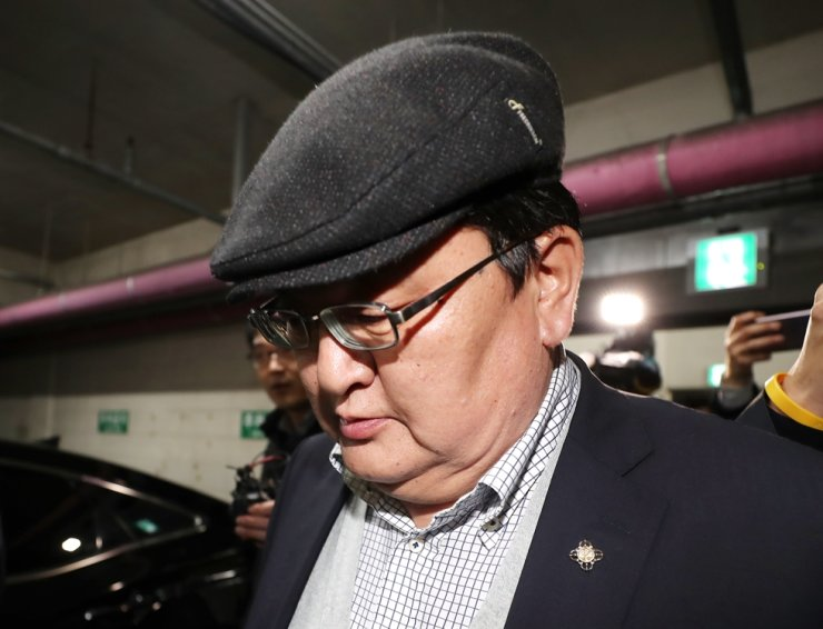 Dorj Odbayar, head of Mongolia's Constitutional Court, leaves the Incheon Metropolitan Police Agency, Thursday, after being questioned over allegations that he groped a Korean flight attendant during a flight from Ulaanbaatar to Incheon, Oct. 31. / Yonhap