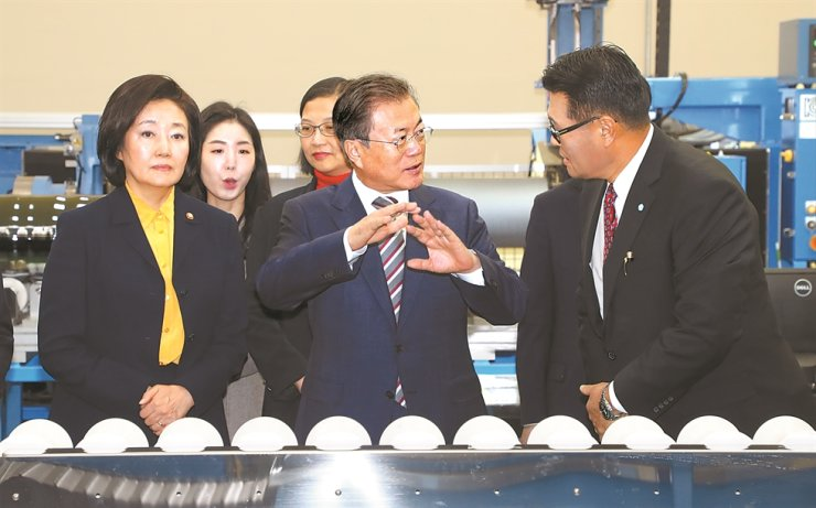 President Moon Jae-in, center, gestures during his scheduled tour to a silicon wafer-producing factory in Cheonan, South Chungcheong Province, Friday. Moon's left is Park Young-sun, minister of SMEs and right is MEMC Korea CEO Cho Chan-rae. Yonhap