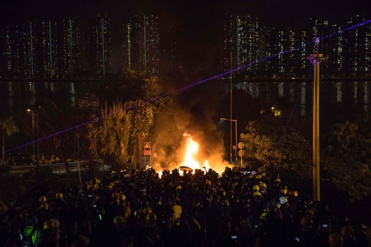Protesters gather on a bridge as a barricade burns after clashes with police at the Chinese University of Hong Kong (CUHK) in Hong Kong on November 12, 2019. AFP-Yonhap