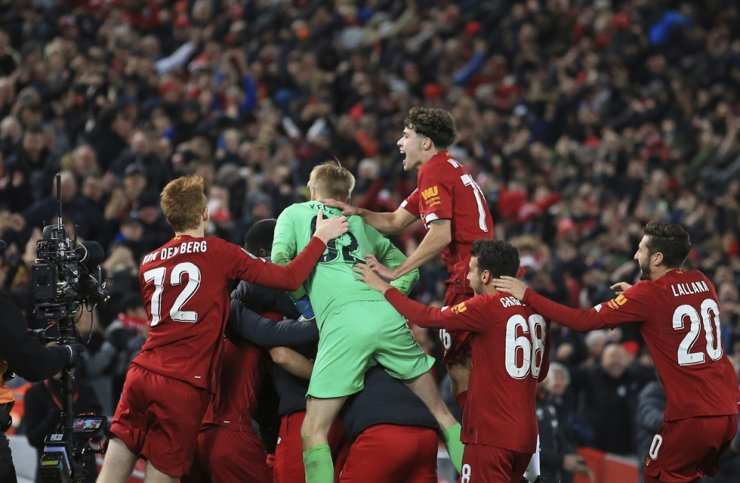Liverpool players celebrate at the end of the English League Cup soccer match between Liverpool and Arsenal at Anfield stadium in Liverpool, England, Wednesday. /AP-Yonhap