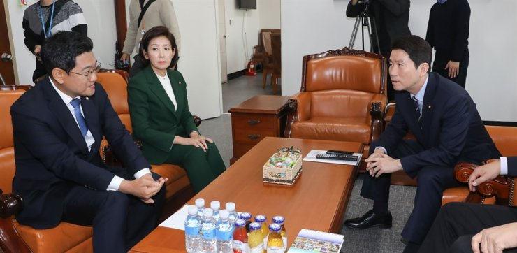 Ruling Democratic Party of Korea (DPK) floor leader Rep. Lee In-young, right, main opposition Liberty Korea Party (LKP) floor leader Rep. Na Kyung-won, center, and minor opposition Bareunmirae Party floor leader Rep. Oh Shin-hwan have a meeting at the National Assembly, Monday. Yonhap